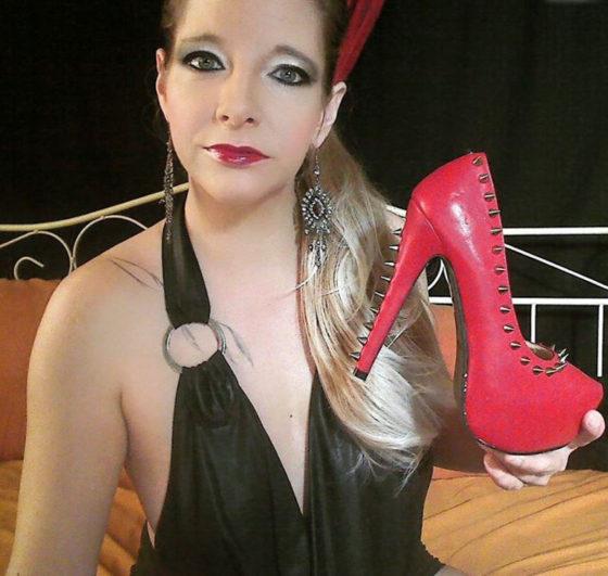 Domina sucht Mann mit Schuhfetisch als Sklave